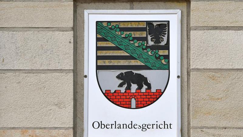 Blick auf ein Schild am Oberlandesgericht (OLG) Naumburg. Foto: Hendrik Schmidt/dpa-Zentralbild/ZB/Archivbild