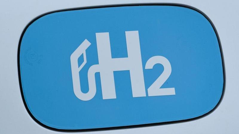"""Das chemische Elemet """"H2"""" für Wasserstoff ist zu sehen. Foto: Patrick Pleul/dpa-Zentralbild/dpa/Archivbild"""