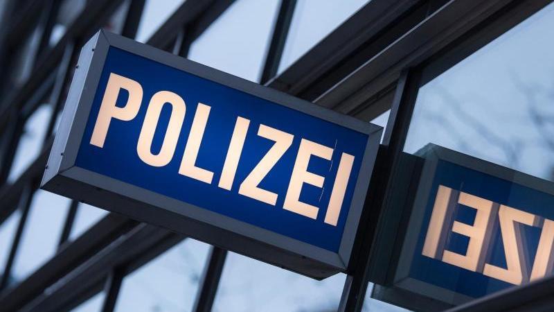 """Der Schriftzug """"Polizei"""" an einem Polizeirevier. Foto: Boris Roessler/dpa/Archivbild"""