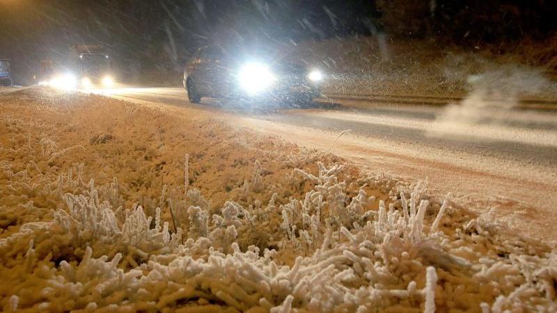 Autos fahren am Morgen auf winterlichen Straßen. Foto: Ralf Zwiebler/dpa/Archivbild