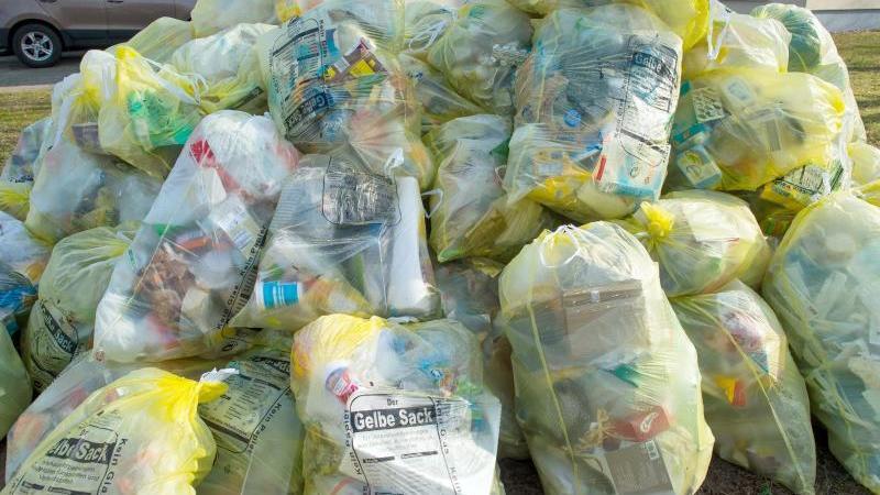 Gelbe Säcken, gefüllt mit Verpackungsabfall, liegen zur Abholung bereit. Foto: Patrick Pleul/ZB/dpa/Archivbild