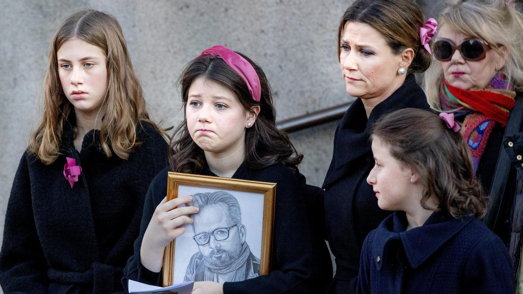Maud (mittig), zwischen ihren Schwestern Leah (links) und Emma (rechts) auf der Beerdigung ihres Vaters.
