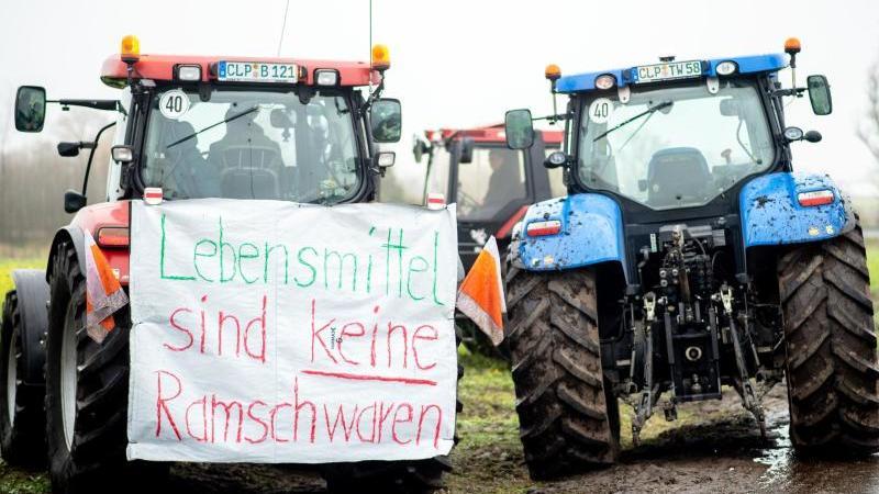 """""""Lebensmittel sind keine Ramschwaren"""": Bauern-Protest vor dem Zentrallager von Lidl in Cloppenburg. Foto: Hauke-Christian Dittrich/dpa"""
