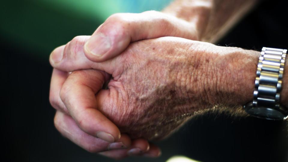 Pflegeheim-Mitarbeiter machen sich gegenseitig Mut