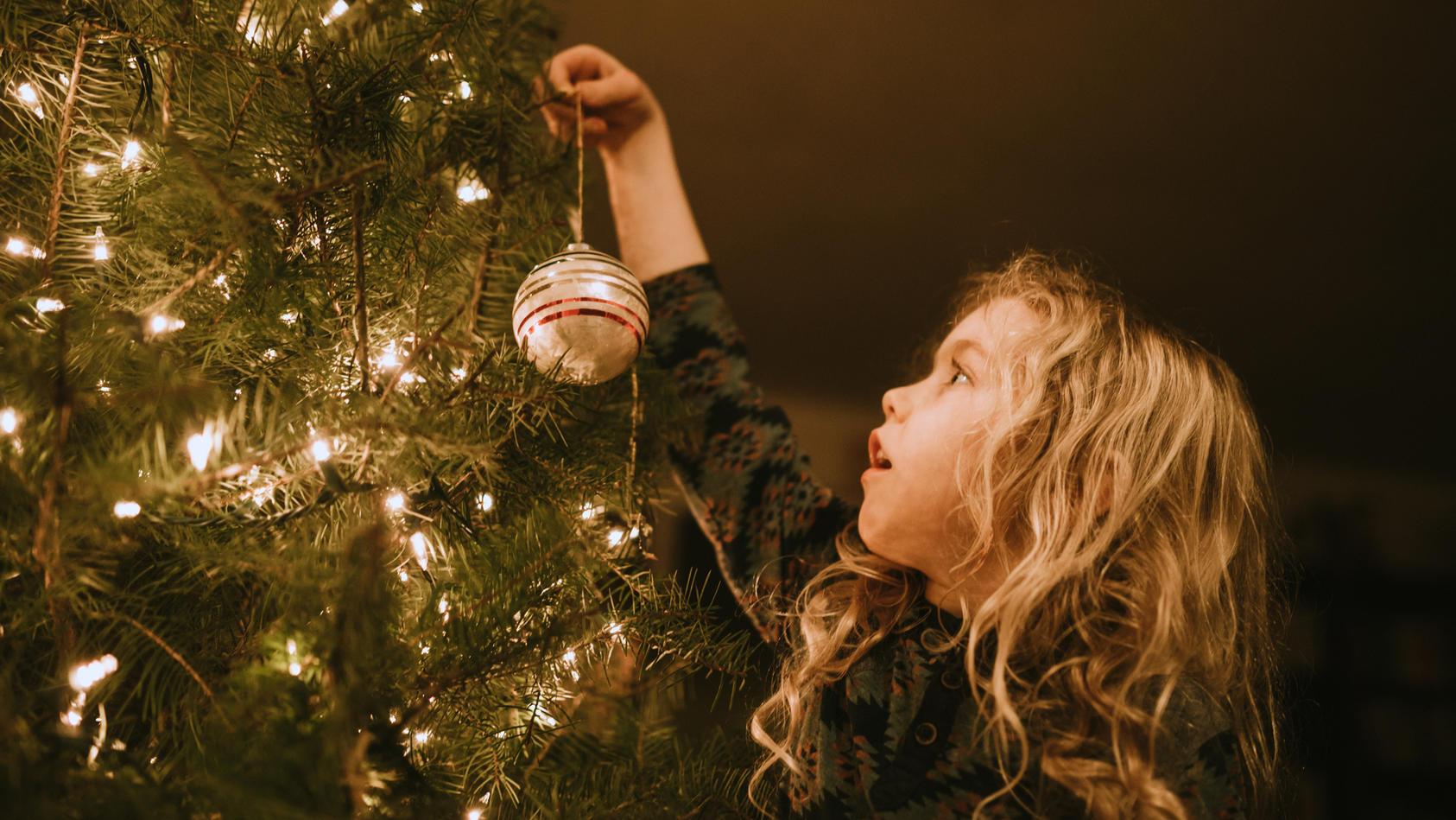 Eine LED-Lichterkette am Weihnachtsbaum ist deutlich stromsparender.
