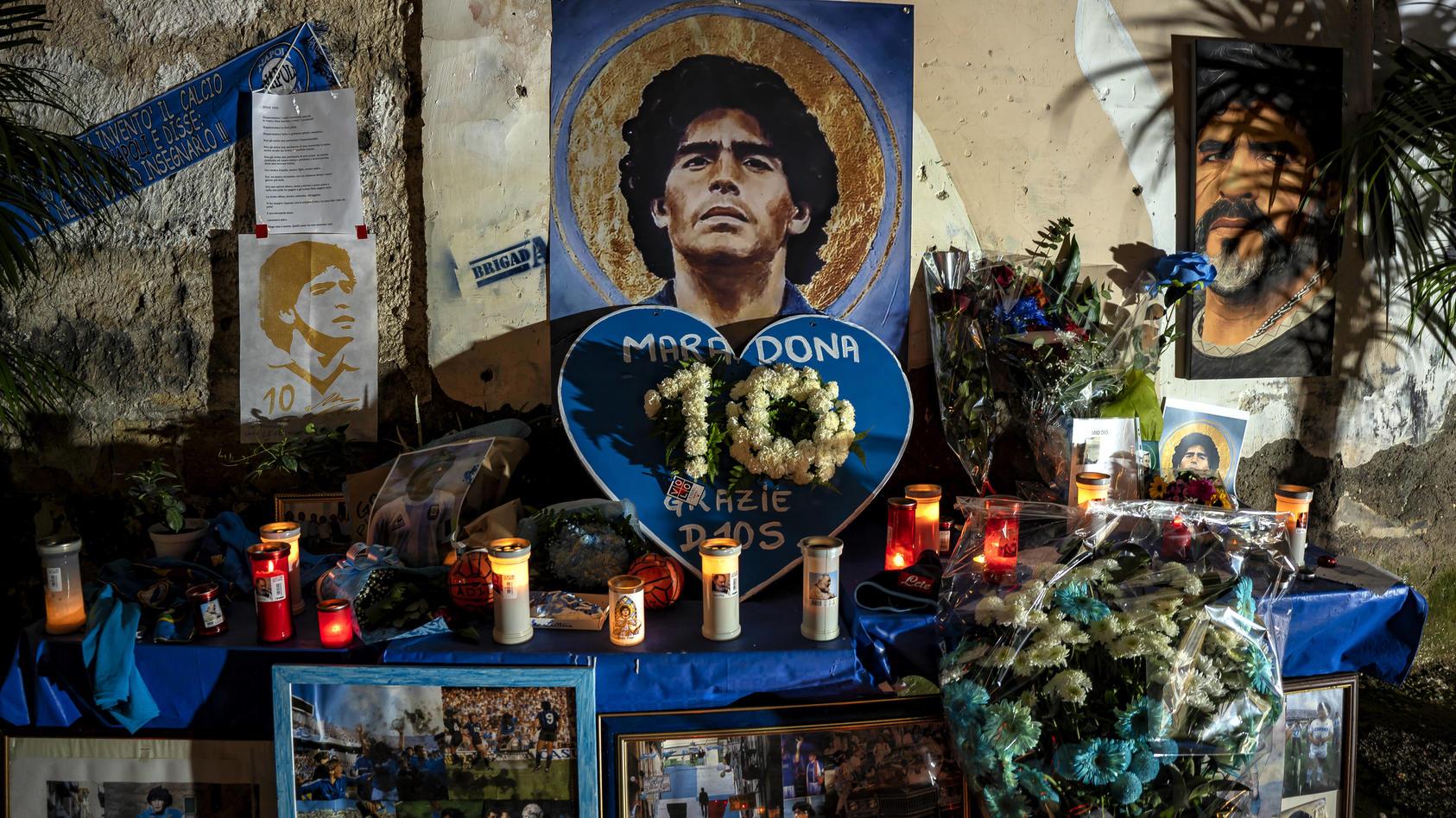 Besonders in Argentinien, aber auch in Neapel, wo Maradona zur Club-Legende wurde, gedenken die Fans der Fußball-Ikone