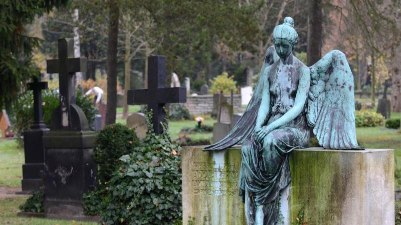 Ein Grabstelle mit einem sitzenden Engel auf dem 1875 angelegten Johannisfriedhof. Foto: Matthias Hiekel/dpa-Zentralbild/dpa/Archivbild