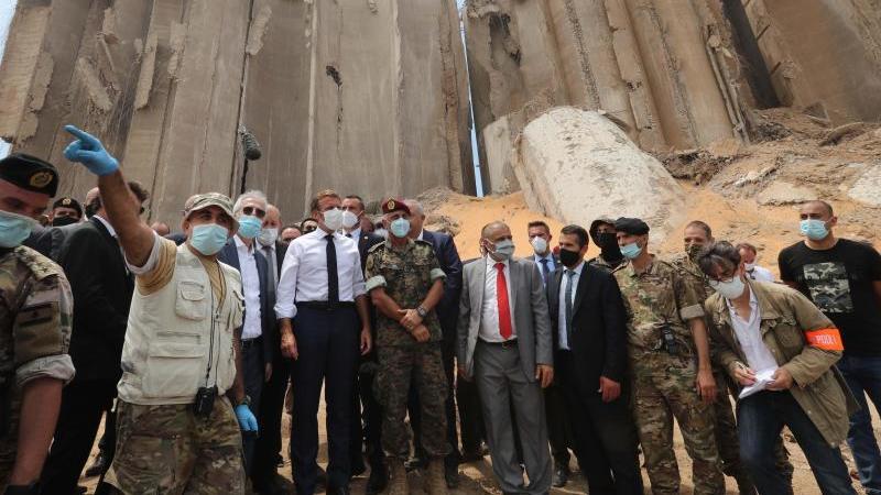Emmanuel Macron (M.), Präsident von Frankreich, besucht den verwüsteten Hafen von Beirut nach der Explosionskatastrophe mit mehr als 190 Toten. Foto: Dalati & Nohra/XinHua/dpa