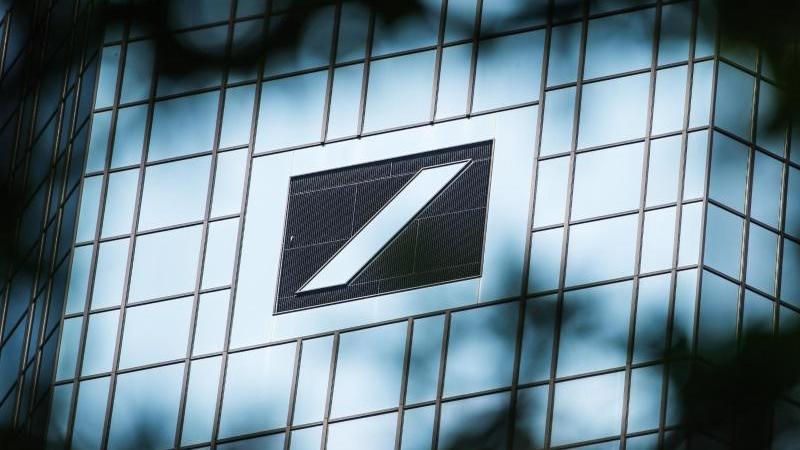 Das Logo der Deutsche Bank ist zu sehen. Foto: Andreas Arnold/dpa/Symbolbild