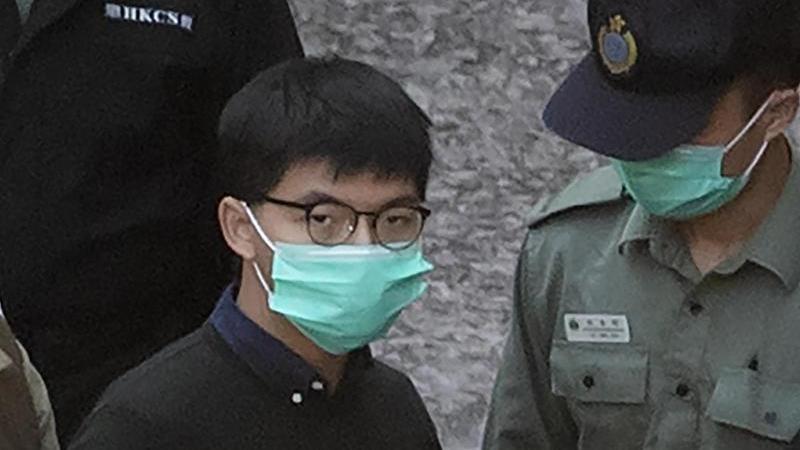 Der prominente Hongkonger Aktivist Joshua Wong und zwei seiner Mitstreiter sind für das Organisieren eines Protests zu Gefängnisstrafen verurteilt worden. Foto: Kin Cheung/AP/dpa