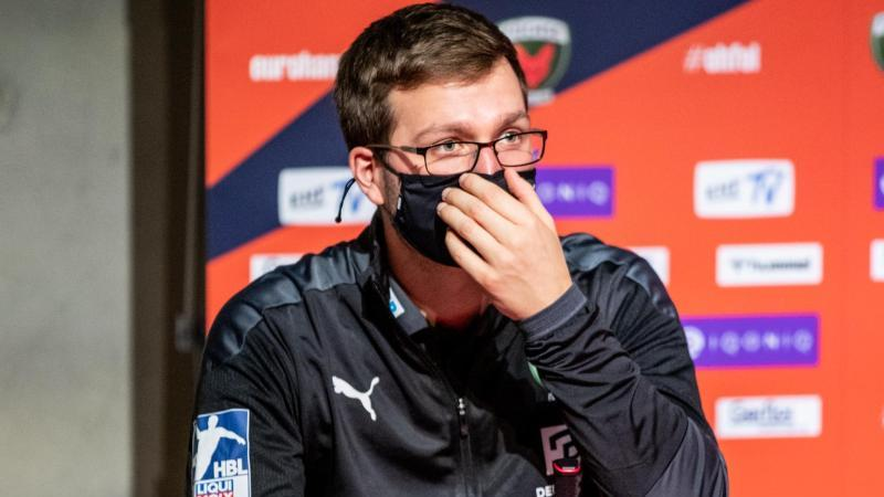 Berlins Trainer Jaron Siewert spricht in einer Pressekonferenz nach einem Spiel. Foto: Andreas Gora/dpa/Archivbild