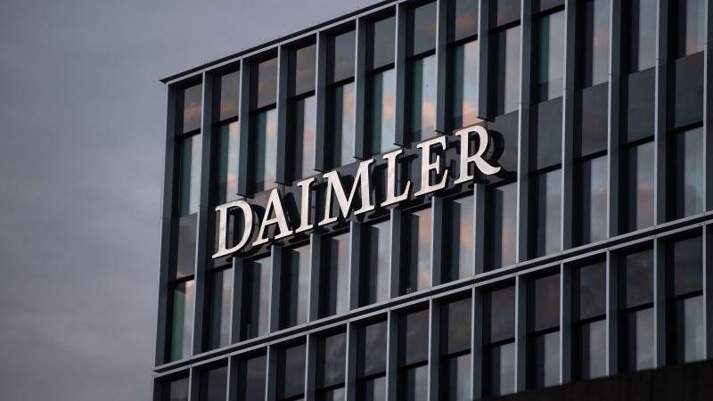 Das Logo der Daimler AG ist an der Konzernzentrale zu sehen. Foto: Marijan Murat/dpa/Archivbild