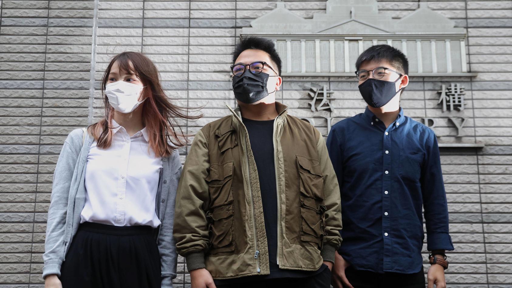 Weil sie in Hongkong für mehr Freiheit und Demokratie demonstriert haben, sind die Aktivisten Agnes Chow, Joshua Wong  und Ivan Lam (von links)zu 13,5 Jahren Haft verurteilt worden.
