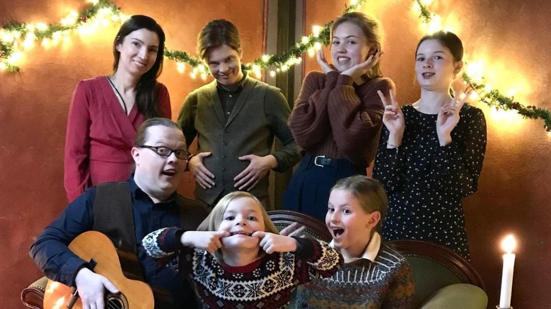 Angelo Kelly mit Ehefrau Kira und den fünf Kids