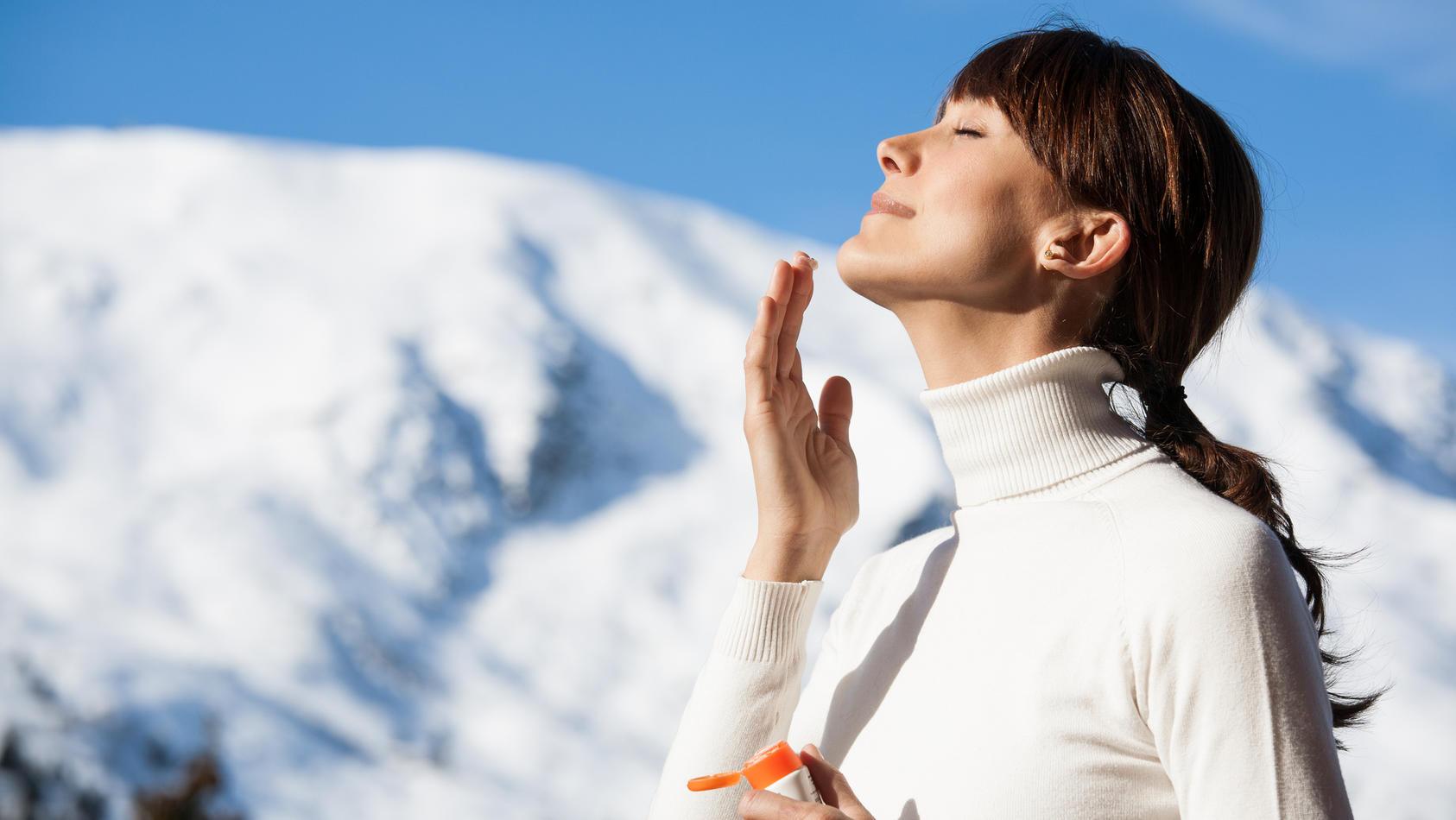 Sonnenschutz ist auch im Winter ein Muss. Wer die Sonnenstrahlen in der kalten Jahreszeit genießen will, muss die Haut pflegen.
