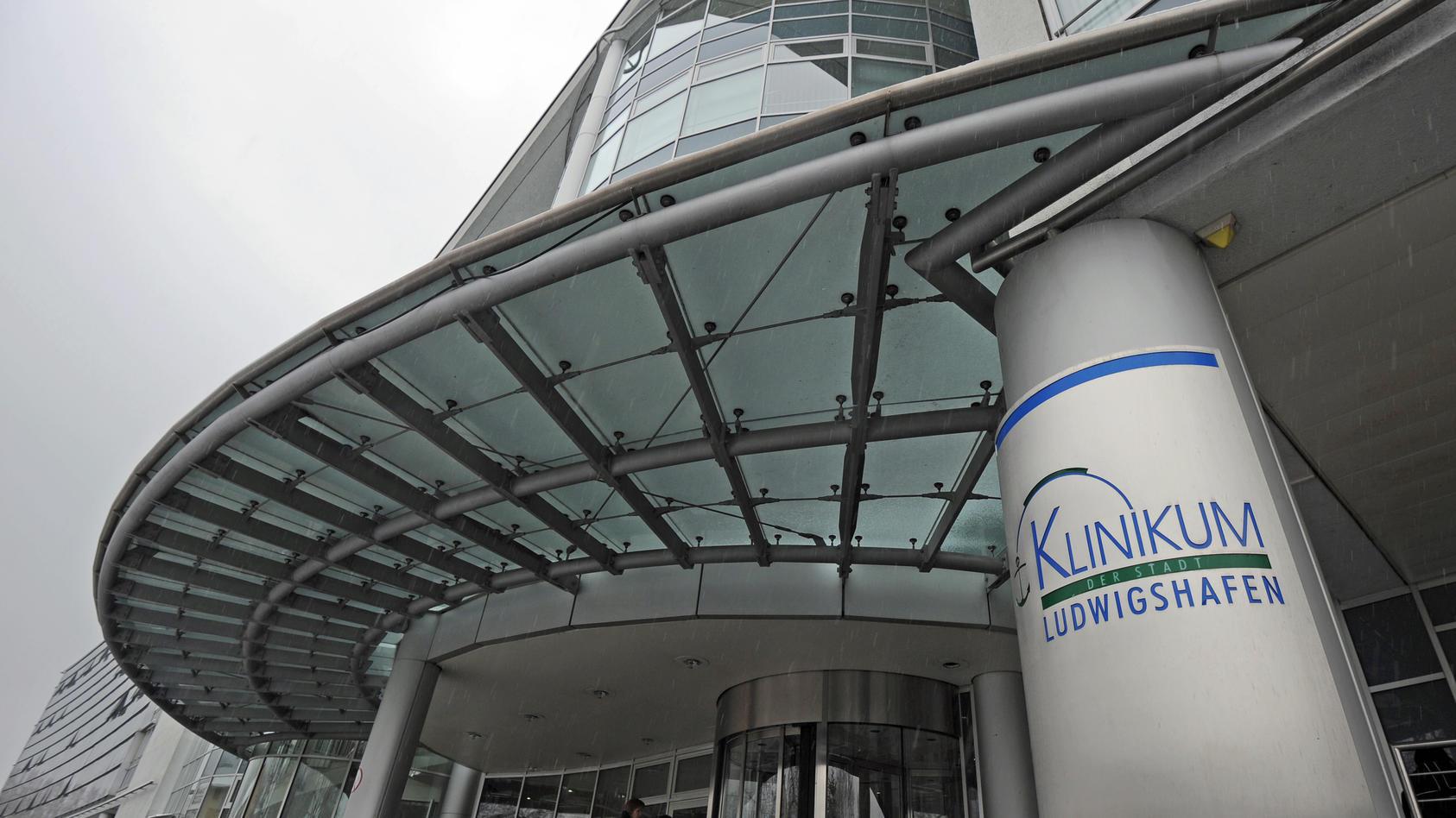 Das Städtische Klinikum am Montag (29.11.2010) in Ludwigshafen. Der bisherige Anästhesiechef der Klinik steht im Verdacht, eine wissenschaftliche Studie über die Wirksamkeit eines weitverbreiteten Blutplasma-Ersatzes gefälscht zu haben