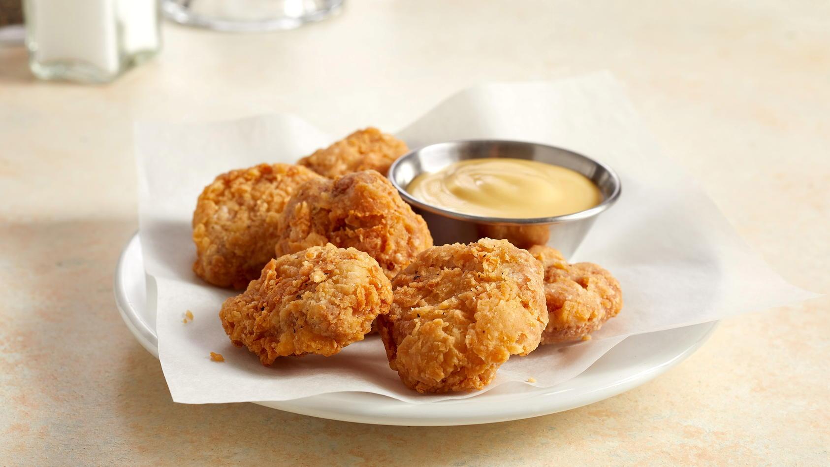 Sie sehen aus wie Chicken Nuggets und sollen auch so schmecken: In Singapur wurde nun erstmals im Labor gezüchtetes Fleisch zugelassen.