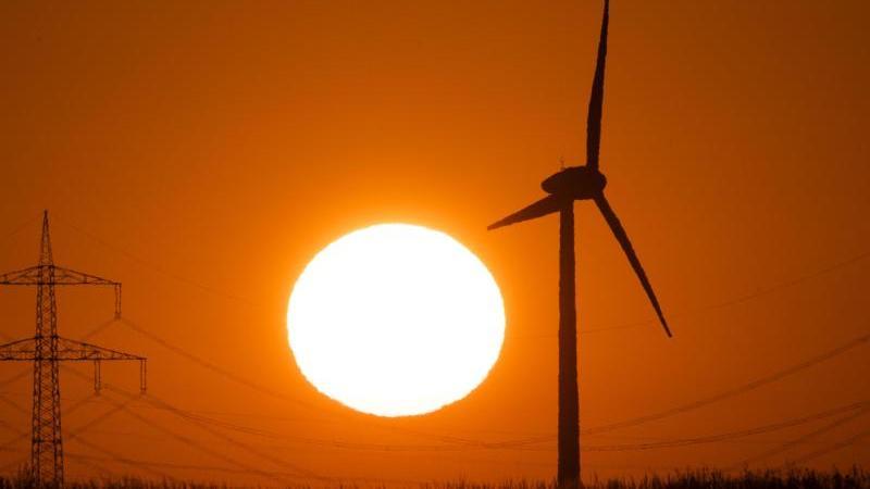 Deutschlands Telekommunikationsunternehmen setzen immer stärker auf Ökostrom - wie zum Beispiel aus der Windkraft - um ihre Antennen, Server und Shops klimaschonender zu betreiben. Foto: Julian Stratenschulte/dpa