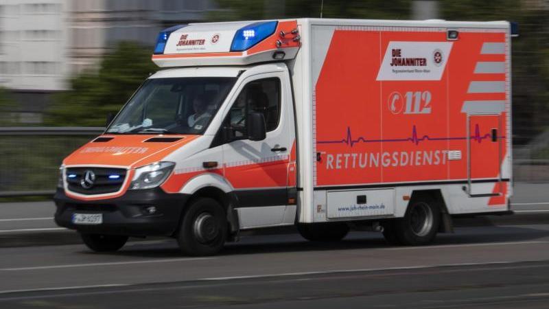 Mit eingeschaltetem Blaulicht fährt ein Rettungswagen eine Straße entlang. Foto: Boris Roessler/dpa/Archivbild
