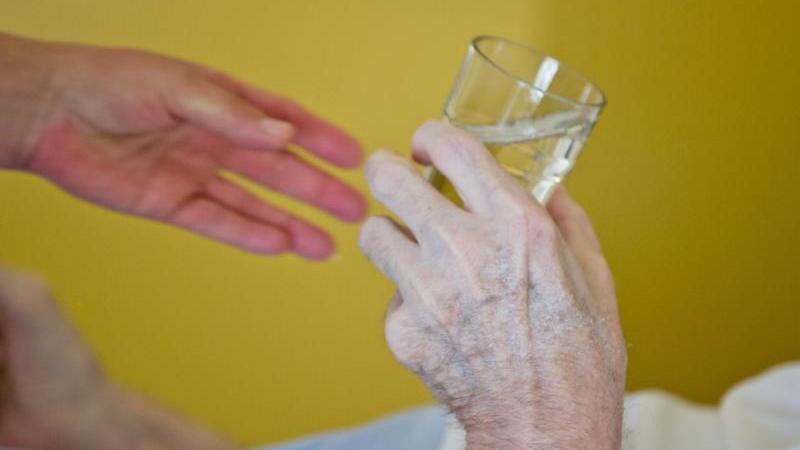 Gerade für ältere Menschen kann extreme Hitze gefährlich werden. In den Jahren 2014 bis 2018 könnte die Zahl der Hitzetoten nach einem Rechnemodell hierzulande im Schnitt bei 12.080 gelegen. Foto: picture alliance / dpa