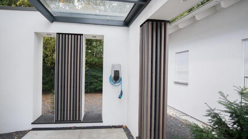 Der Bund gibt bis zu 900 Euro für die Installation von privaten E-Ladesäulen. Foto: Andrea Warnecke/dpa-tmn