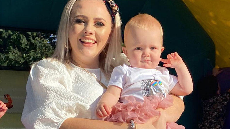Auf Facebook wird Levi Connell (24) für ihre Entscheidung, ihrem acht Monate alten Baby Ohrlöcher stechen zu lassen, heftig angegangen.