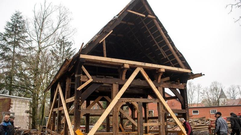 An einem fast 500 Jahre altem Fachwerkhaus wird gearbeitet. Foto: Sina Schuldt/dpa/Aktuell