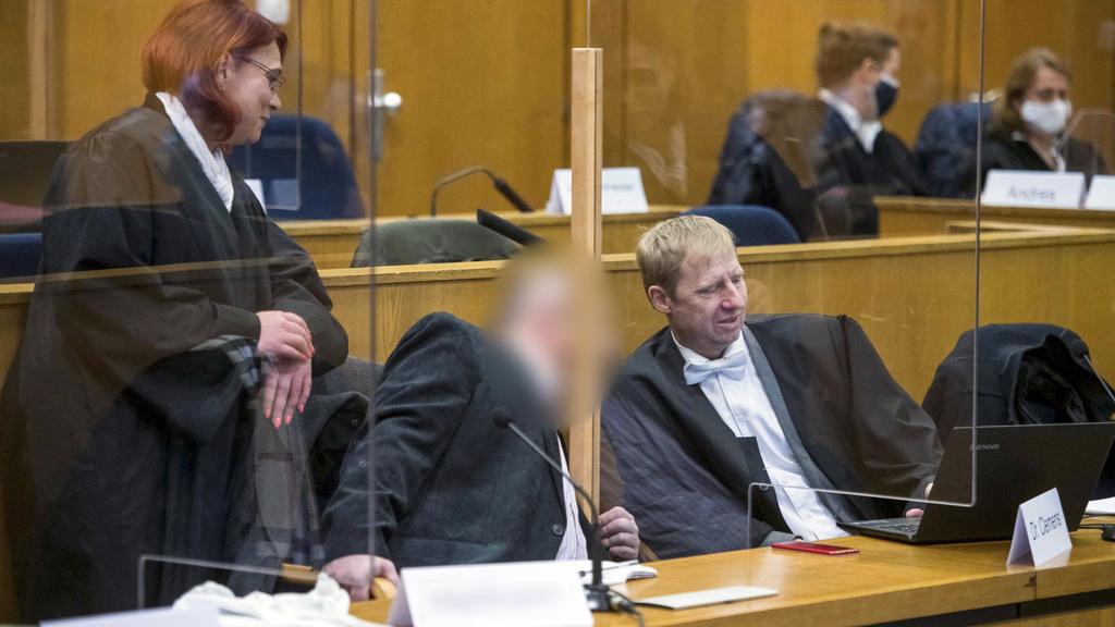 24.11.2020, Hessen, Frankfurt/Main: Der wegen Beihilfe mitangeklagte Markus H. (M) sitzt zwischen seinen Anwälten Björn Clemens (r) und Nicole Schneiders in einem Gerichtssaal im Oberlandesgericht. Der Hauptangeklagte soll den Kasseler Regierungspräs