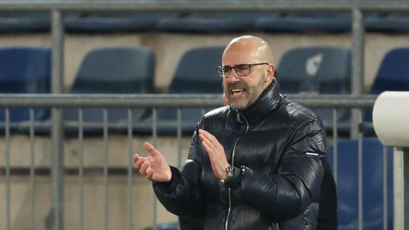 Muss im Spiel gegen OGC Nizza auf insgesamt acht Spieler verzichten: Bayer Leverkusens Trainer Peter Bosz. Foto: Friso Gentsch/dpa