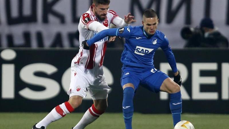 Hoffenheims Mijat Gacinovic (r) behauptet den Ballbesitz gegen Milos Degenek von Roter Stern Belgrad. Foto: Marko Drobnjakovic/AP/dpa