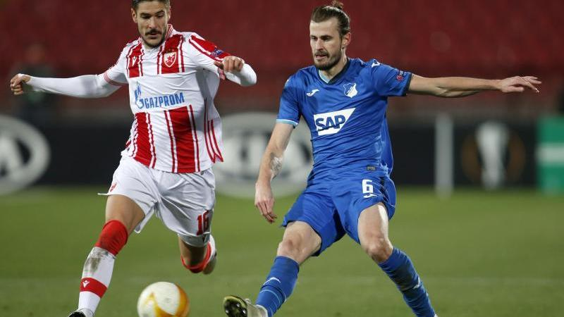 Hoffenheims Havard Nordtveit (r) und Belgrads Diego Falcinelli kämpfen um den Ball. Foto: Marko Drobnjakovic/AP/dpa