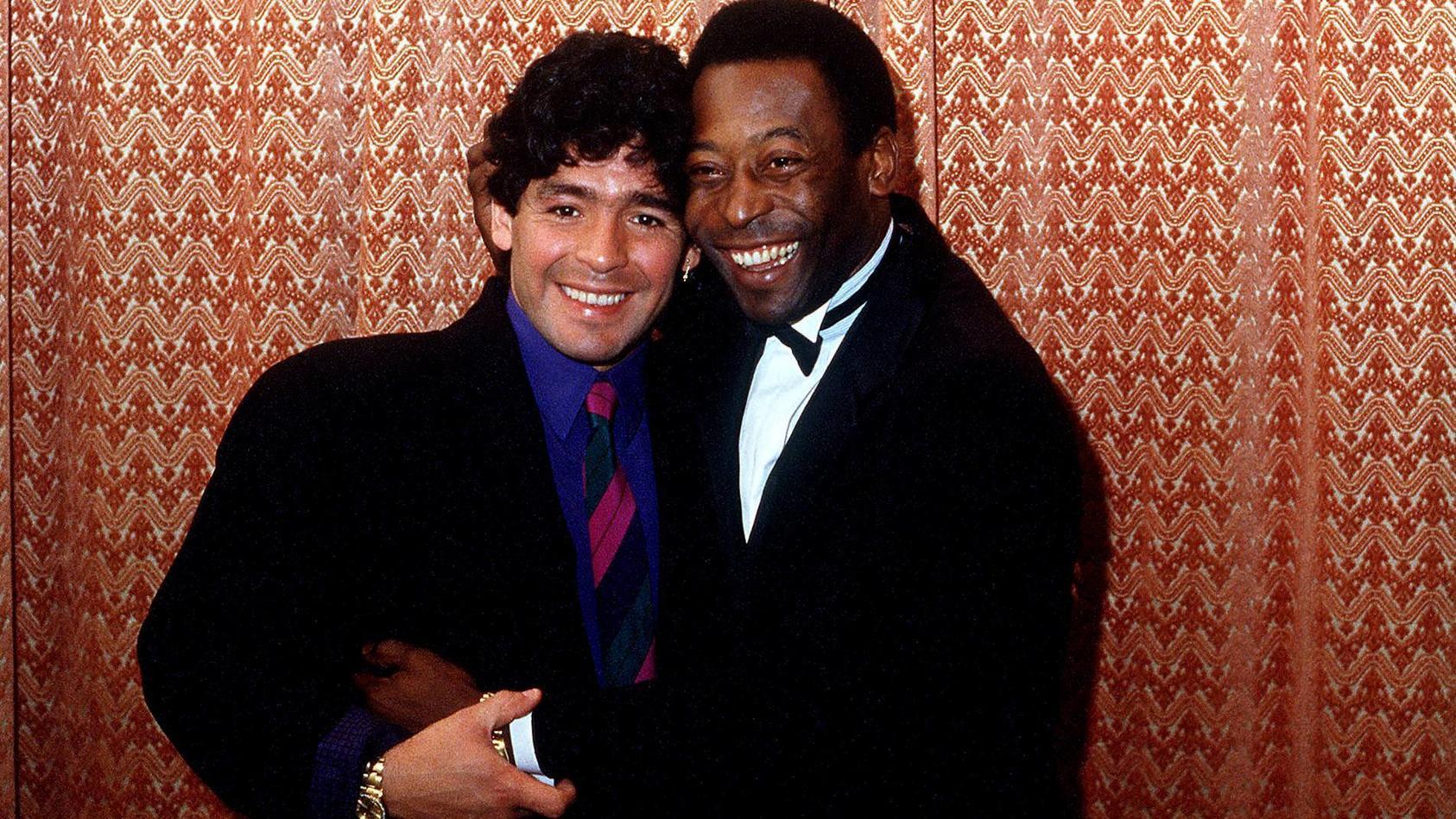 Zwei Fußball-Legenden Arm in Arm: Diego Maradona (l.) und Pelé