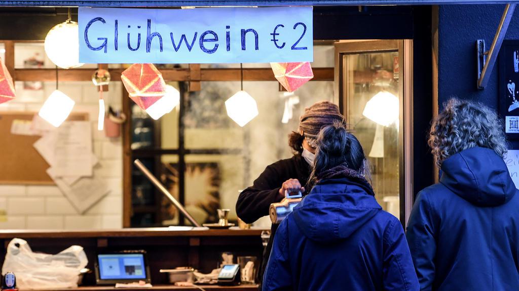 08.11.2020, Berlin: Ein Restaurant bietet Glühwein To Go an. Personen warten davor auf ihre Bestellung. Bund und Länder haben für den Monat November einen Teil-Lockdown beschlossen. Foto: Kira Hofmann/dpa-Zentralbild/dpa +++ dpa-Bildfunk +++