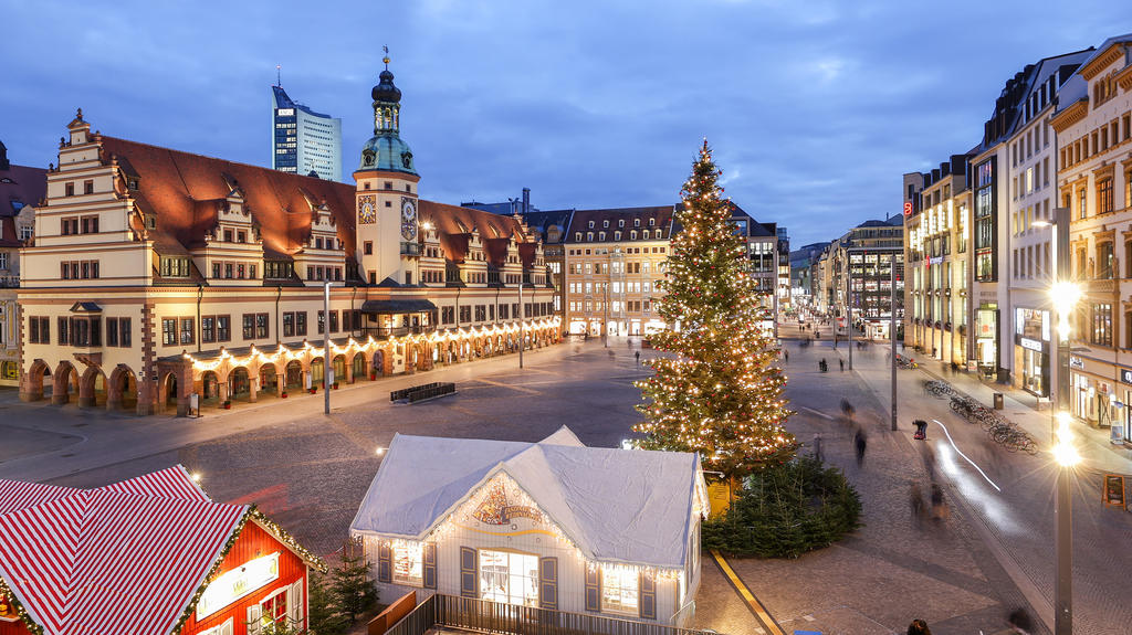 03.12.2020, Sachsen, Leipzig: Der geschmückte Weihnachtsbaum steht auf dem Leipziger Marktplatz. In Sachsen breitet sich zurzeit das Coronavirus besonders schnell aus. Daher gelten nun schärfere Maßnahmen, unter anderem Ausgangsbeschränkungen. Zudem