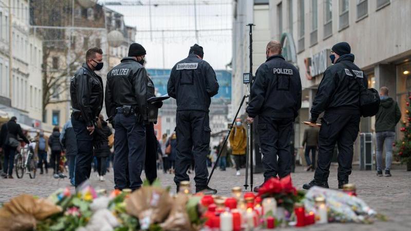 Beamte der Kriminaltechnik arbeiten in der Trierer Fußgängerzone. Foto: Oliver Dietze/dpa/Archivbild