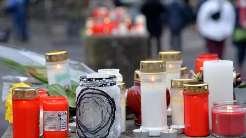 Kerzen sind auf einem Pfeilerr vor der Porta Nigra für die Opfer einer Amokfahrt aufgestellt. Foto: Harald Tittel/dpa/Archivbild