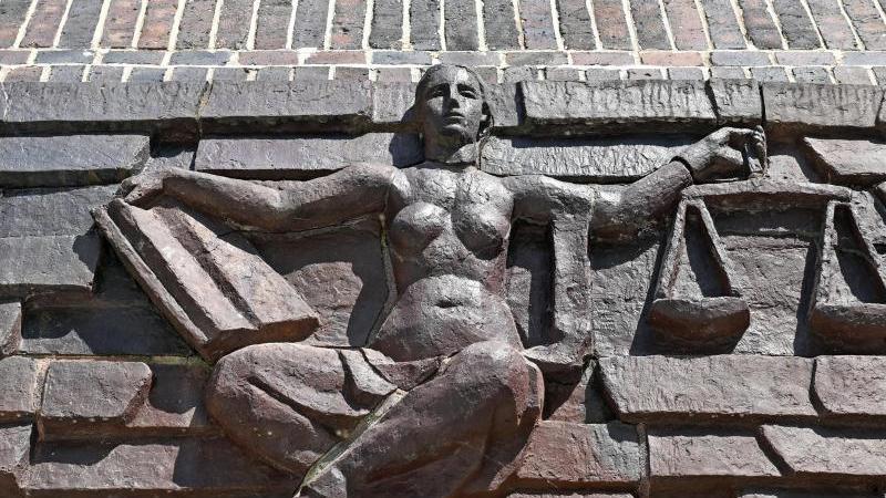 Blick auf eine Justitia-Statue. Foto: Hendrik Schmidt/dpa-Zentralbild/dpa/Archivbild