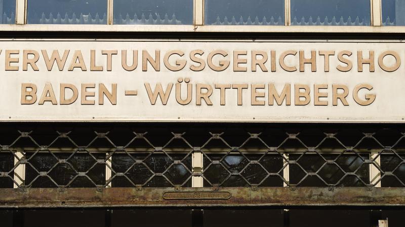 """Der Schriftzug """"Verwaltungsgerichtshof Baden-Württemberg"""" ist über dem Haupteingang zu lesen. Foto: Uwe Anspach/dpa/Archivbild"""