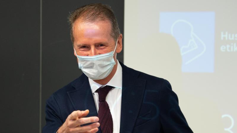 Herbert Diess, Vorsitzender des Vorstands der Volkswagen AG, spricht mit Mundschutz. Foto: Swen Pförtner/dpa/Archivbild