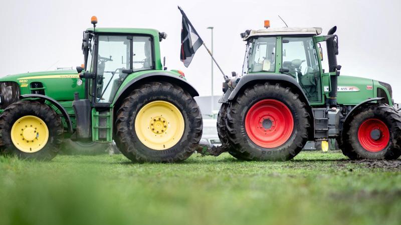 Landwirte blockieren mit ihren Traktoren die Zufahrt zum Zentrallager von Lidl in Cloppenburg. Foto: Hauke-Christian Dittrich/dpa/Archivbild