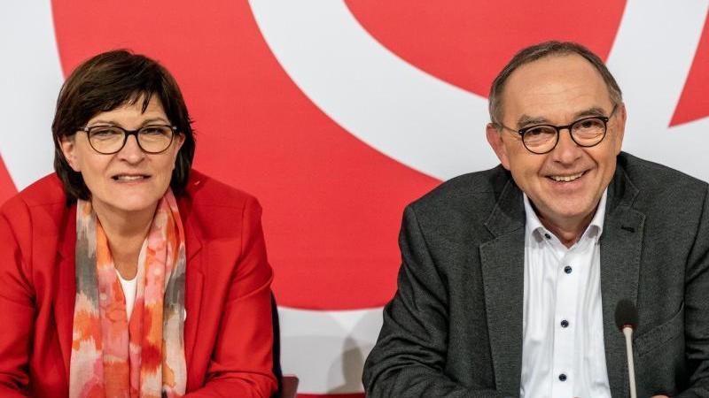 Saskia Esken, Bundesvorsitzende der SPD, wartet neben Norbert Walter-Borjans, Bundesvorsitzender der SPD, auf den Beginn der Klausur des SPD-Parteivorstands im Willy-Brandt-Haus. Foto: Michael Kappeler/dpa