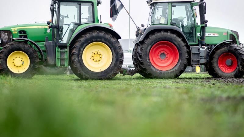 Landwirte blockierten mit ihren Traktoren die Zufahrt zum Zentrallager von Lidl. Foto: Hauke-Christian Dittrich/dpa