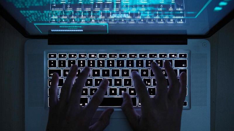 Hände tippen auf einem Laptop. Foto: Silas Stein/dpa/dpa-tmn/Symbolbild