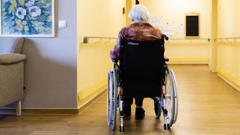 Manche Corona-Auflagen in Pflegeheimen beurteilt der Bundespflegebeauftragte als zu streng. Foto: Frank Molter/dpa