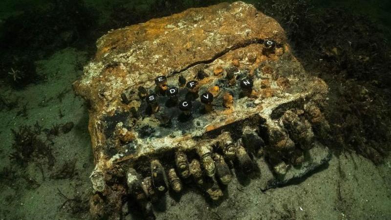 Eine Enigma-Chiffriermaschine aus dem 2.Weltkrieg liegt auf dem Grund der Ostsee. Foto: Florian Huber/submaris/dpa/Archivbild