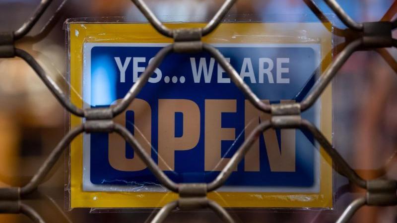 """""""Yes...we are Open"""" ist an einem geschlossenen Geschäft zu sehen. Foto: Sven Hoppe/dpa/Symbolbild"""