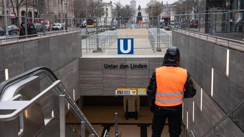 """Ein Mann geht die Stufen zum neuen U-Bahnhof """"Unter den Linden"""" hinunter. Foto: Paul Zinken/dpa"""