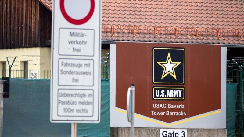 Ein Eingang zum Truppenübungsplatz der US-Army. Foto: Daniel Karmann/dpa