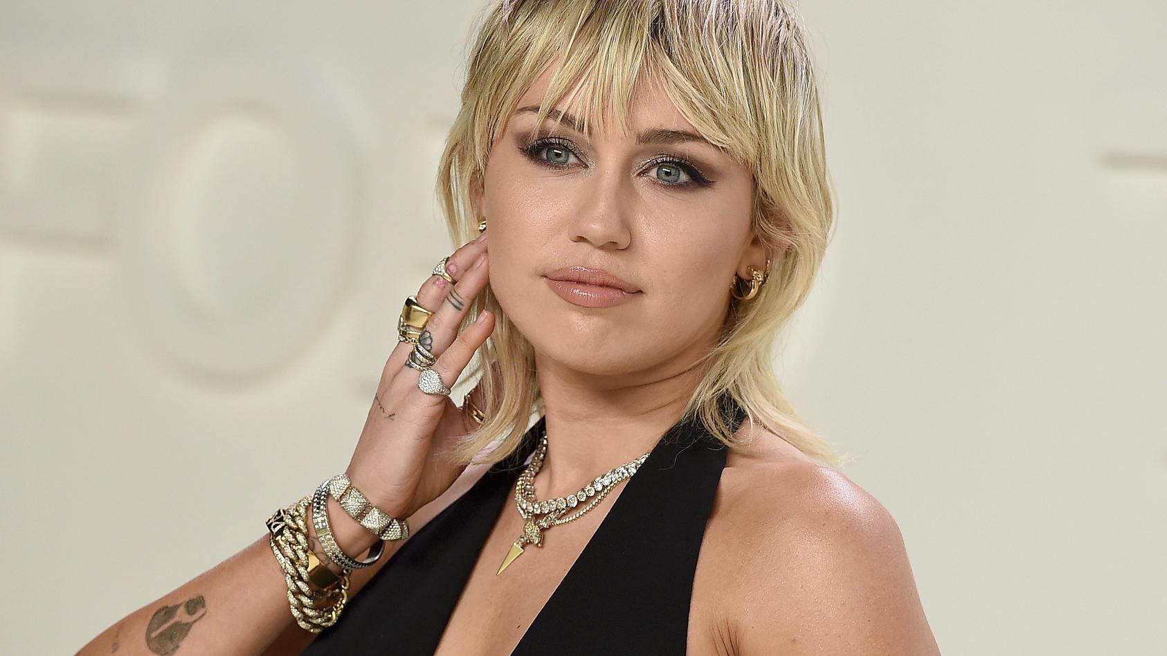 Miley Cyrus ist single und seit anderthalb Jahren geschieden. Jetzt erklärt sie, was zur Trennung von Liam Hemsworth geführt haben könnte.