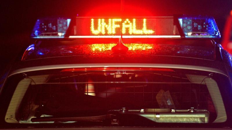 EinStreifenwagen der Polizei steht an einemUnfallort. Foto: Stefan Puchner/dpa/Symbolbild